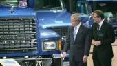 Volvo CEO Leif Johansson guides US President George Bush through the company's exhibit.