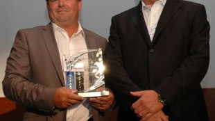 David Marvin of Praxair (left) receives a PMTC-Zurich Private Fleet Safety Award.