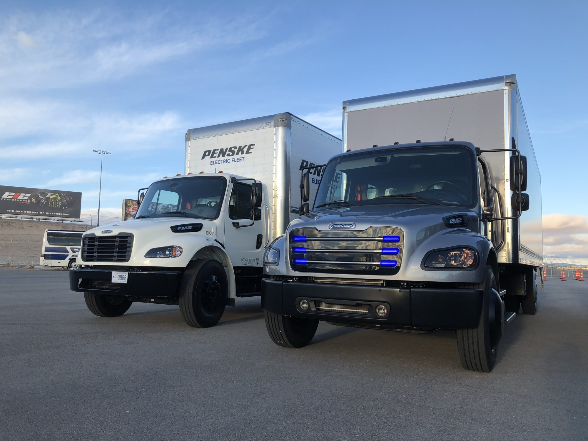 Freightliner shows first electric trucks - Truck News